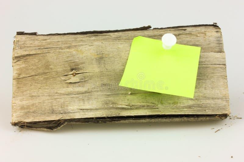 Notatka przyczepia puszek drewno zdjęcia stock