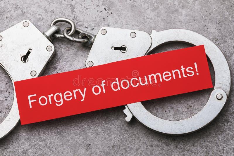 Notatka z tekstem i kajdankami, widok z góry Koncepcja kary za fałszowanie dokumentów obraz stock
