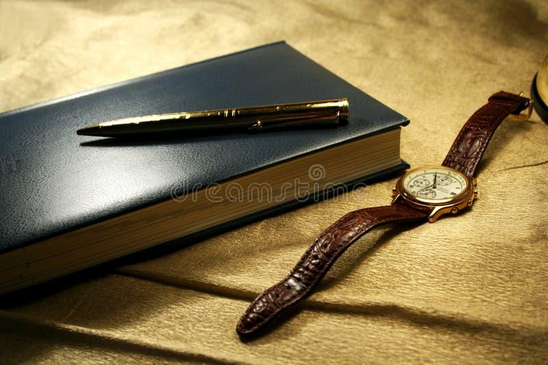 notatki książki długopisy zegarek obraz stock