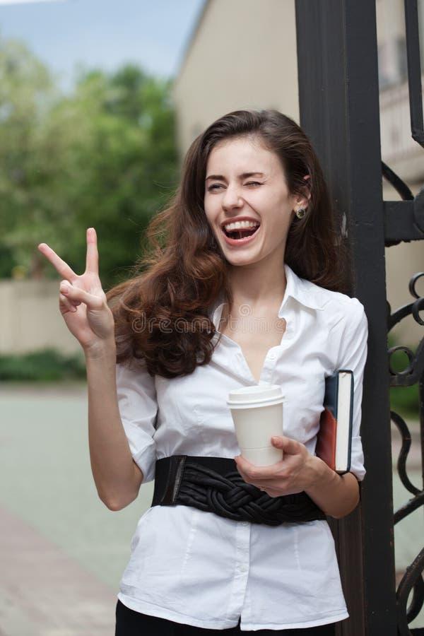 notatnik biznesowa kawowa szczęśliwa kobieta obraz stock