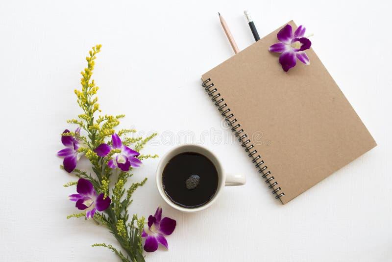 Notatnik dla biznesowej pracy z kawową kawą espresso na bielu zdjęcia royalty free