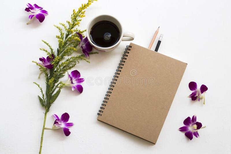 Notatnik dla biznesowej pracy z kawową kawą espresso na bielu fotografia stock