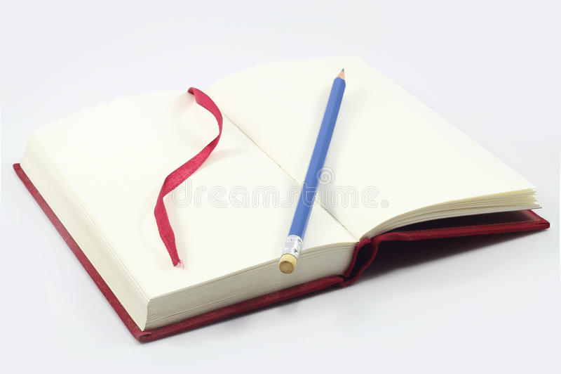 Notatnik i brązu piórko na drewnianym stole fotografia royalty free