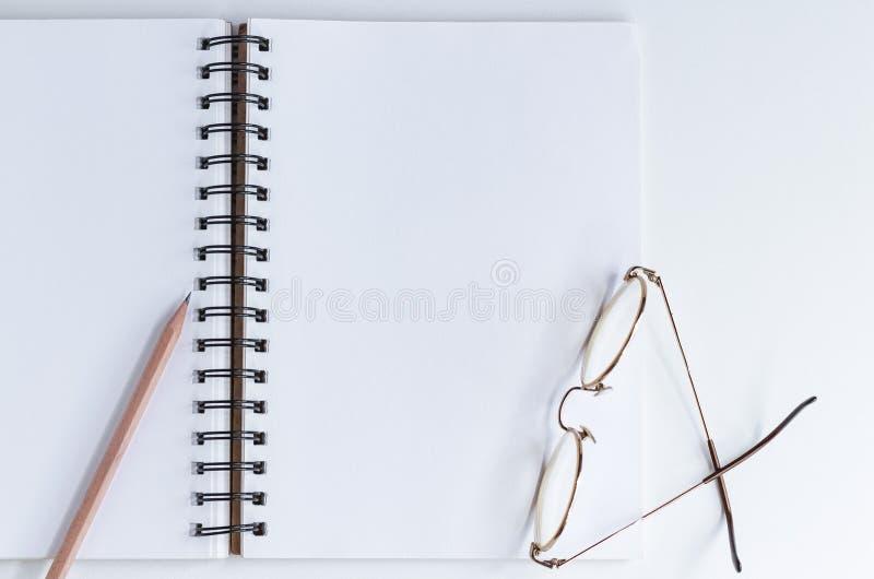 Notatnik i ołówek na białym stole Przestrzeń dla twój wiadomości lub teksta zdjęcie stock