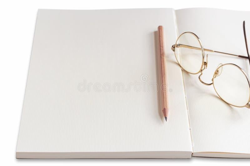 Notatnik i ołówek na białym stole Przestrzeń dla twój wiadomości lub teksta zdjęcia royalty free