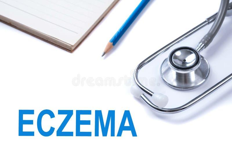 Notatnik i ołówek z egzemy słowem na stole z stetoskopem, skór chorob pojęcie obraz stock