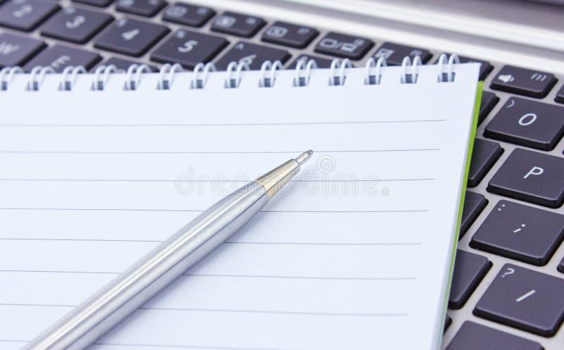 Notatnik i pióro obraz stock