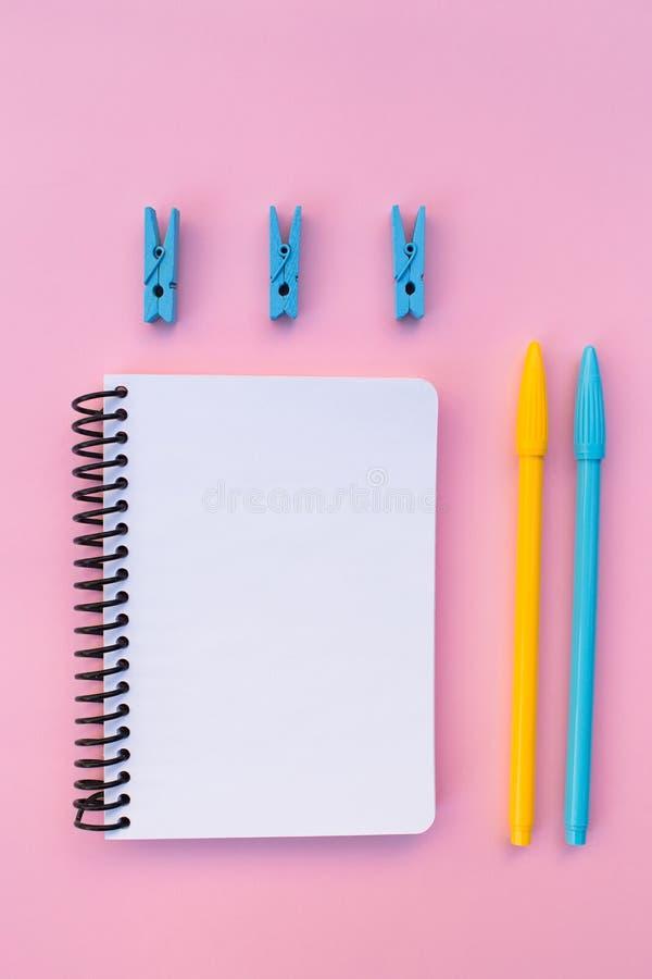 Notatnik na różowym tle obraz royalty free