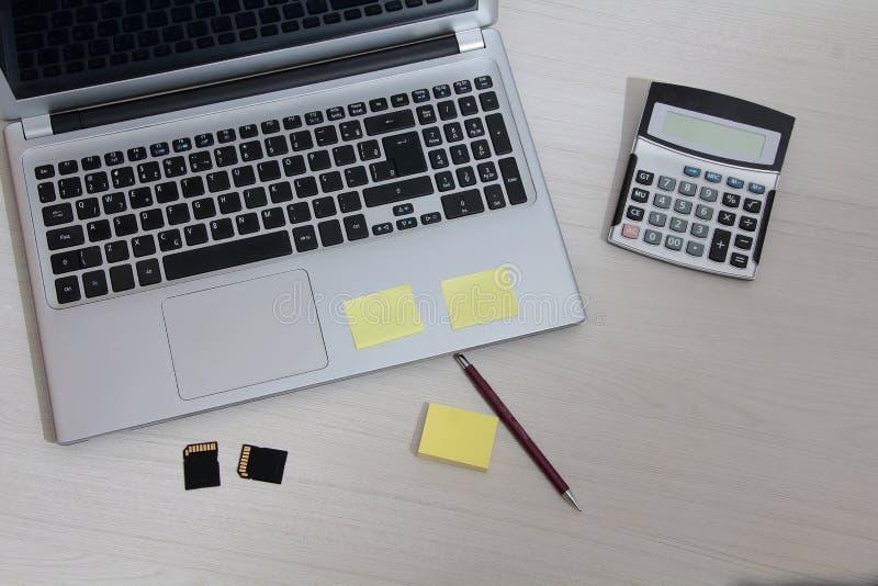 Notatnik na stole z notepad zdjęcie stock