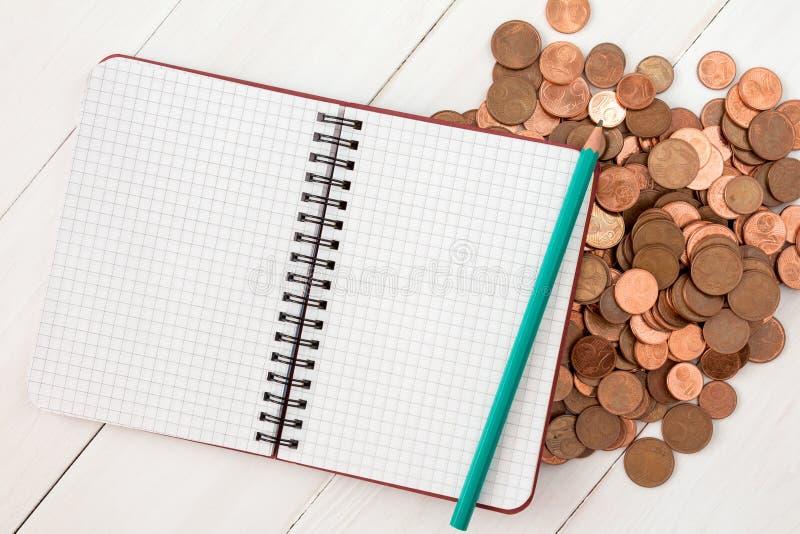 Notatnik na stosie euro centu monety fotografia stock