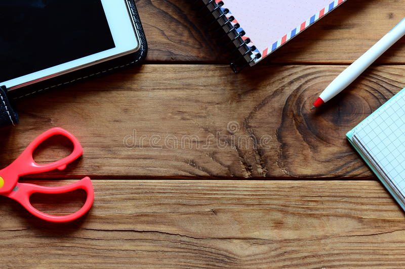 Notatnik, pastylka komputer osobisty, pióro, nożyce na biurowym biurku Drewniany tło z kopii przestrzenią dla teksta Miejsca prac fotografia royalty free