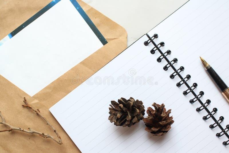 notatnik, złoty pióro i koncert na biurku, suszymy rożki i gałąź dekorującego stół zdjęcie stock
