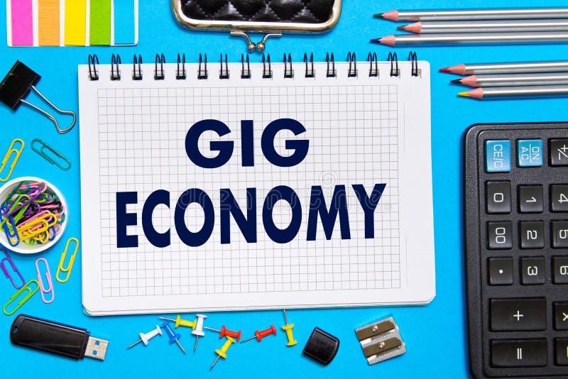 Notatnik z notatki drynduli gospodarki biura narzędziami na błękitnym tle Pojęcie drynduli gospodarka obraz stock