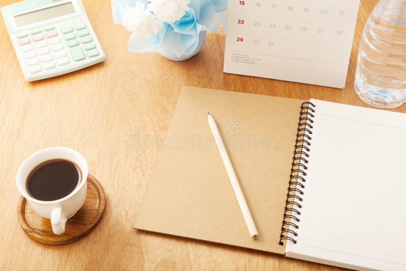 notatnik z ołówkiem, filiżanka, kalendarz, kalkulator, butelki woda zdjęcia royalty free