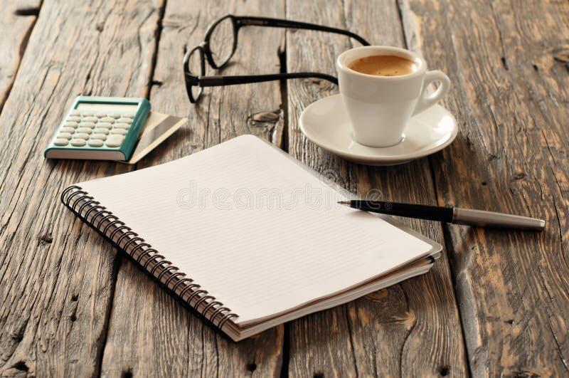 Notatnik z piórem, kalkulator z kredytową kartą i kawa, obraz royalty free