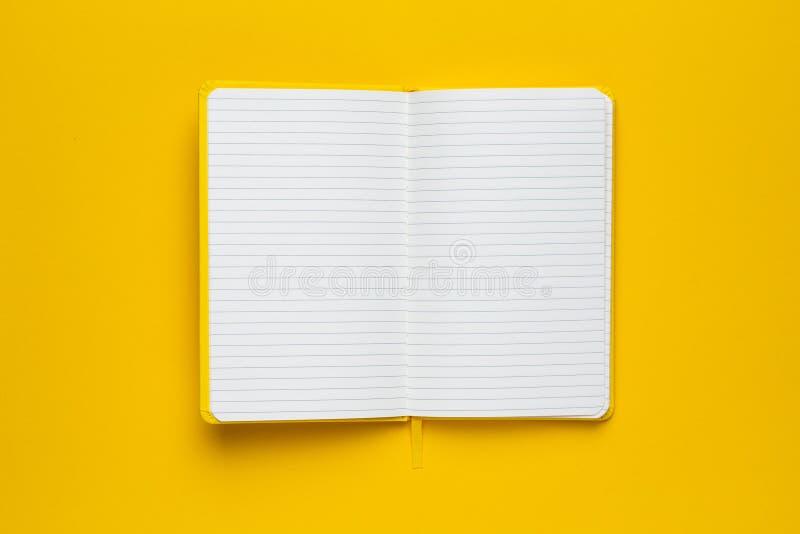 Notatnik z puste strony na żółtym tle fotografia royalty free