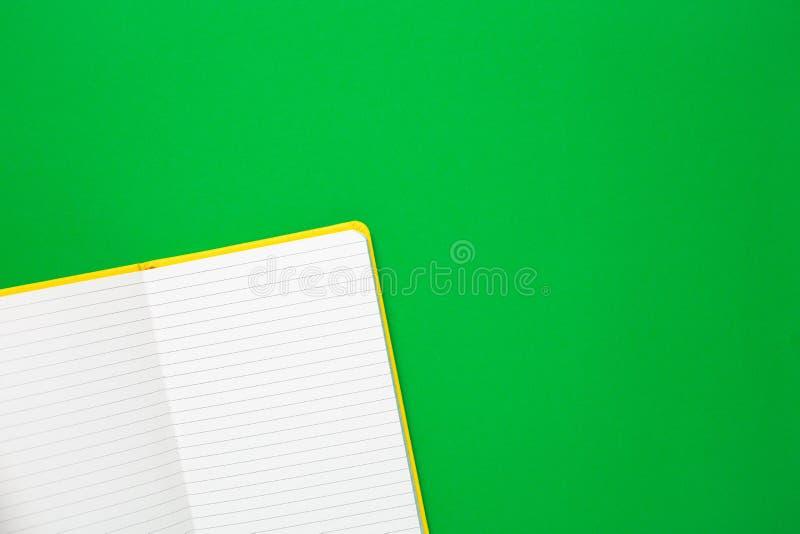 Notatnik z pustymi stronami na zielonym tle Lata colour i minimalny flatlay obraz royalty free
