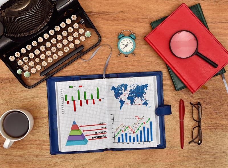 Notatnik z rysunek mapą i lota międzynarodowego planem obrazy stock