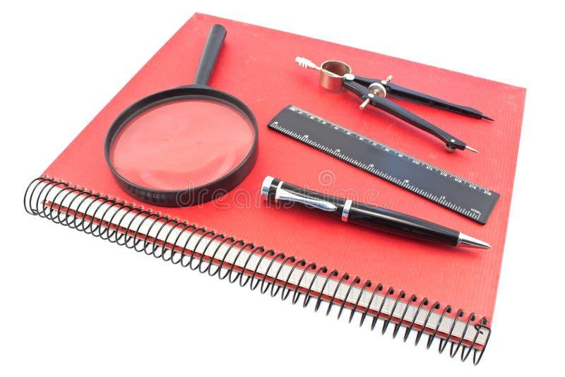 Notatnik z rysunkowym kompasem, władcą, piórem i magn, fotografia stock