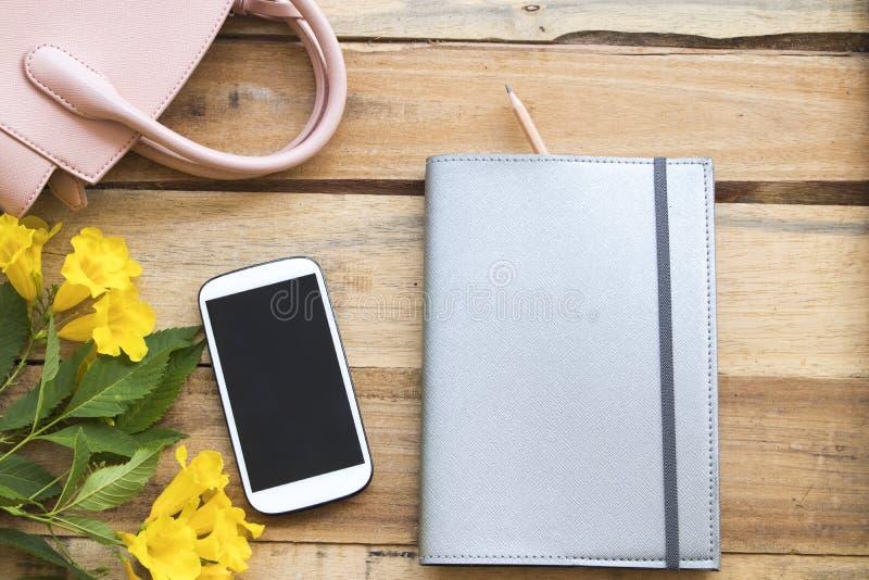 Notatnika planista, telefon kom?rkowy dla biznesowej pracy przy biurem obrazy royalty free