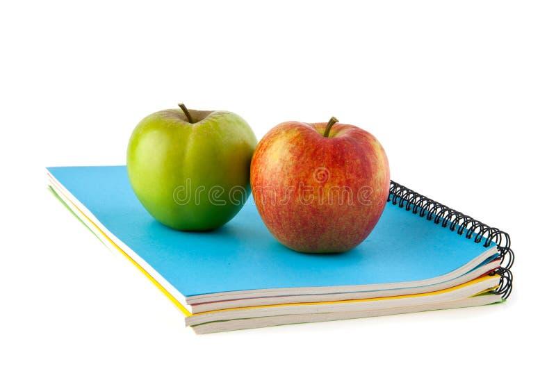 Notatniki i jabłka obraz stock