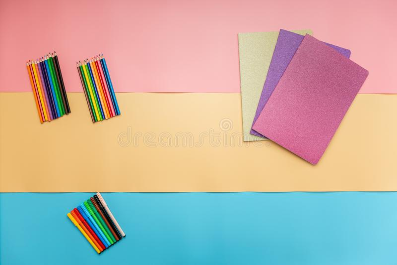 Notatniki i koloryt ołówki obraz royalty free