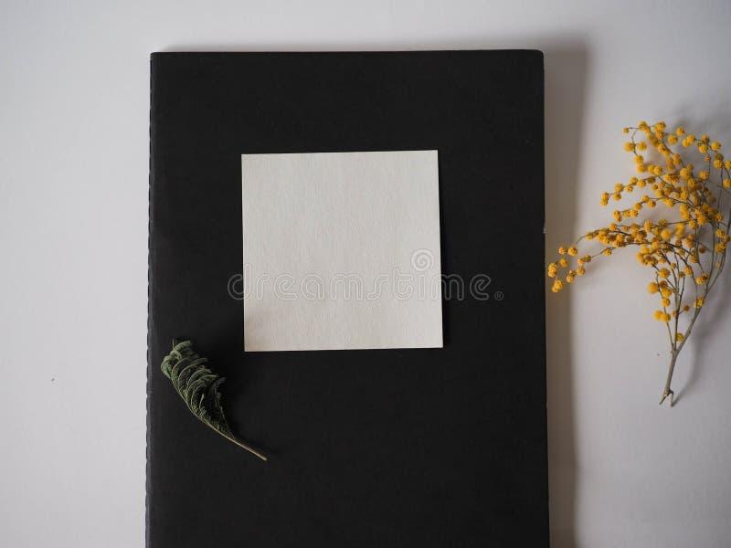 Notatniki, ołówek i kwiat są na stole zdjęcie royalty free