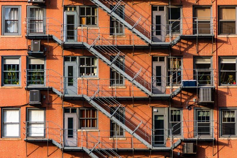 Notausgänge auf der Seite eines alten Wolkenkratzers stockfotos
