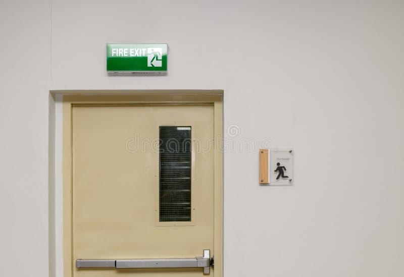Notausgang-Stahltür für Evakuierung im Falle des Feuers stockfoto