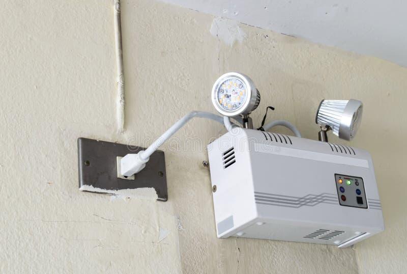 Notbeleuchtung auf der Wand lizenzfreie stockfotos
