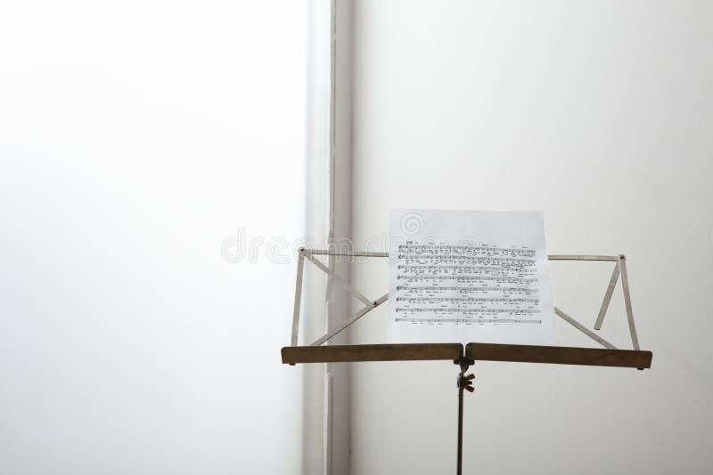 Notblad på musikställning royaltyfria bilder