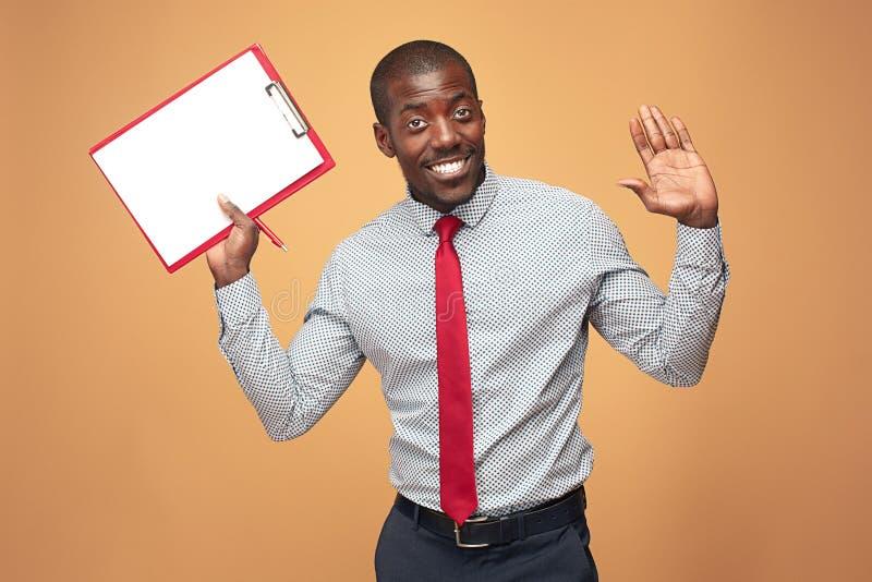 Note afroamericane diritte attraenti di scrittura dell'uomo d'affari immagini stock