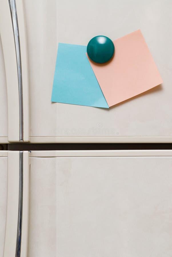 Note in bianco sul frigorifero fotografia stock