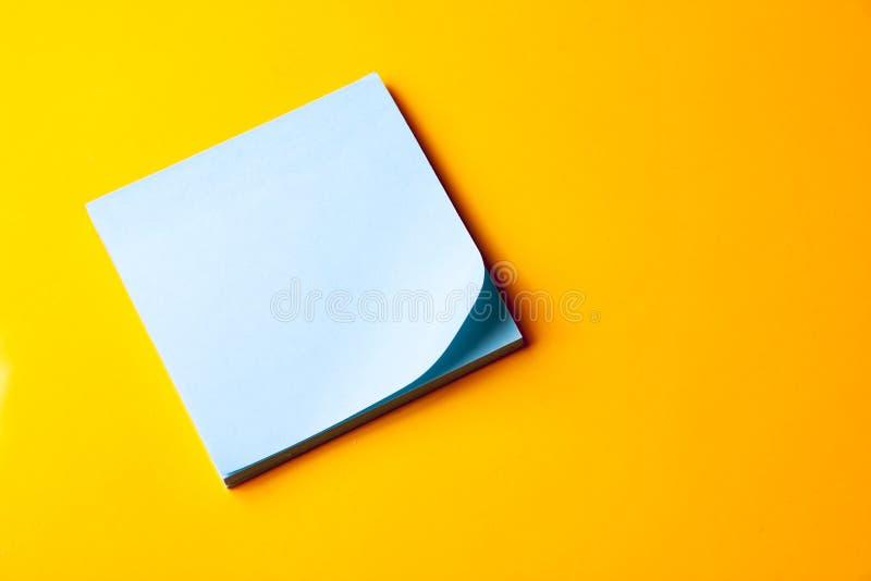 Note bleue blanc sur le fond orange photos libres de droits