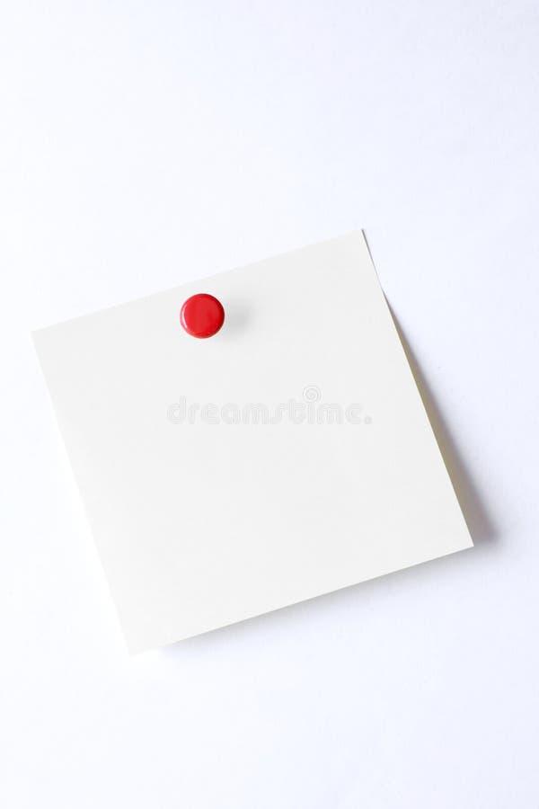 Note collante de post-it vide avec la goupille de poussée d'isolement sur le fond blanc photos libres de droits