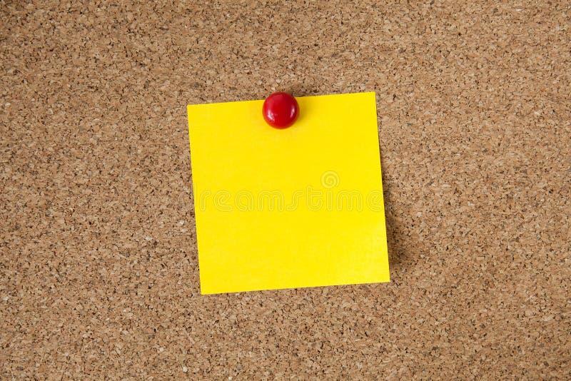 Note collante de rappel jaune sur le panneau de liège, l'espace vide pour le texte images libres de droits