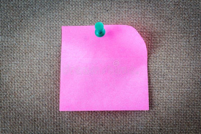 Note collante de rappel sur le panneau de liège, l'espace vide pour le texte photos libres de droits