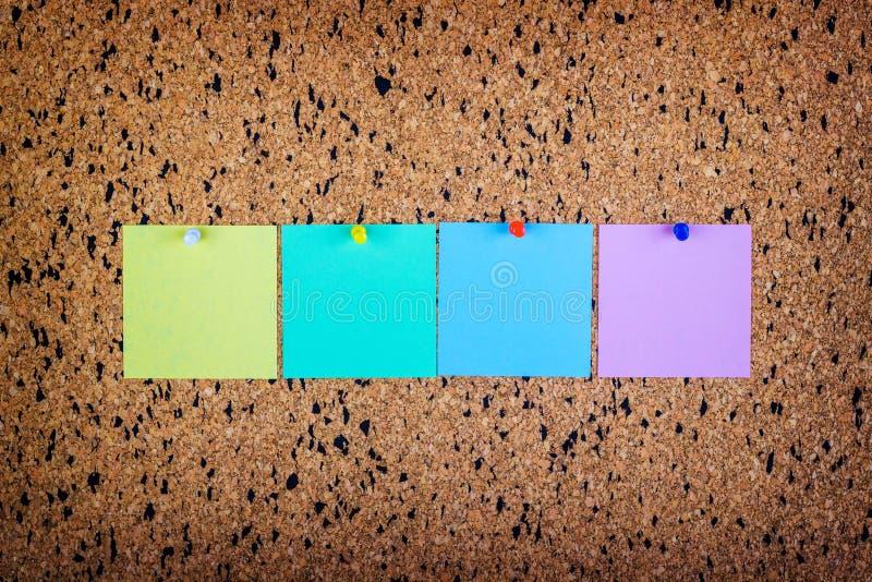 note collante sur le panneau de liège, l'espace vide pour le texte photo libre de droits