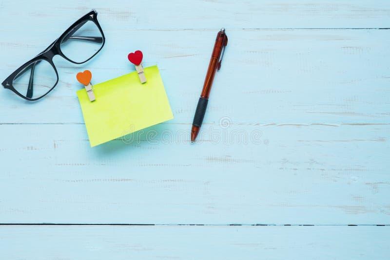 Note collante vide avec le stylo sur la table image stock