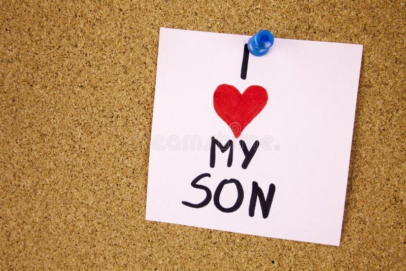 Note com amor de I meu filho Note com amor de I meus filho e coração vermelho no fundo da placa da cortiça fotografia de stock