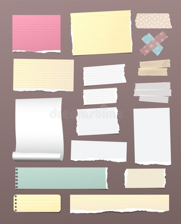 Note déchirée, rayée, et carrée blanche et colorée, papier de carnet avec l'adhésif, bande collante sur le fond brun illustration libre de droits