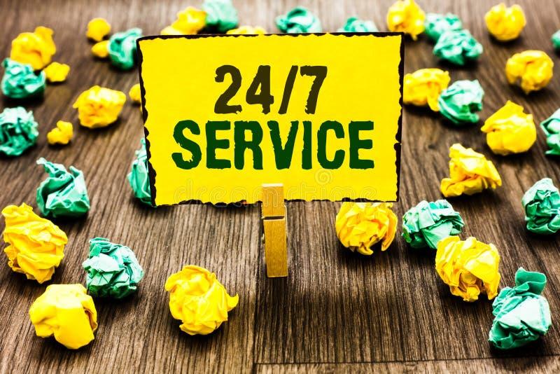 Note d'écriture montrant à 24 7 le service Photo d'affaires présentant toujours disponible pour servir des courses constamment sa photos libres de droits