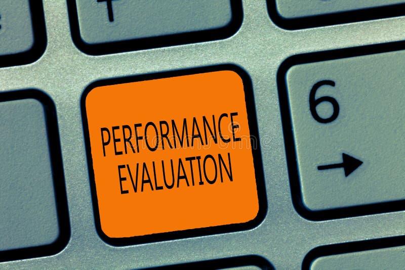 Note d'écriture montrant l'évaluation des performances La présentation de photo d'affaires évalue la combinaison de représentatio photos stock