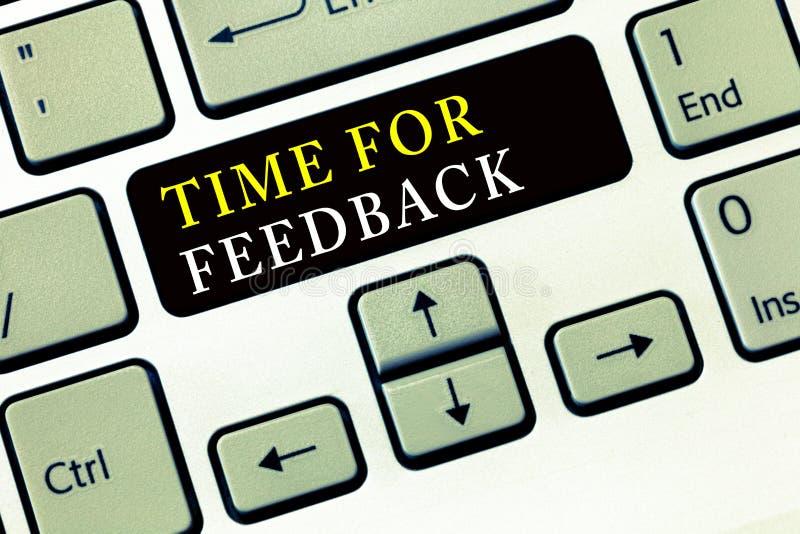 Note d'écriture montrant l'heure pour la rétroaction La réponse de présentation du besoin de photo d'affaires ou donnent à critiq photographie stock