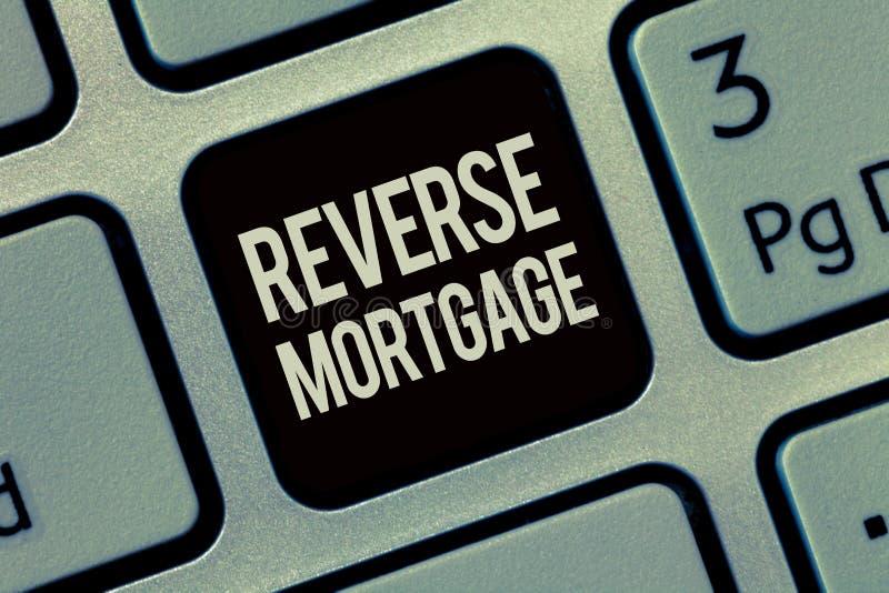 Note d'écriture montrant l'hypothèque inverse Le prêt de présentation de photo d'affaires pour des aînés vieillissent au-dessus d photographie stock