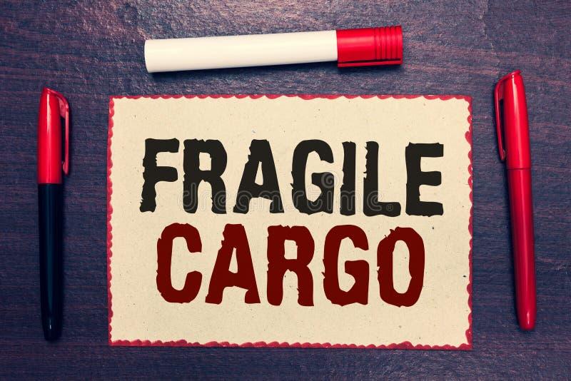 Note d'écriture montrant la cargaison fragile La présentation de photo d'affaires cassable manipulent avec l'enveloppe de bulle d images stock