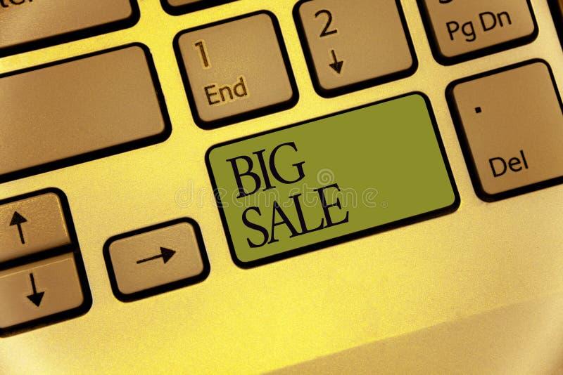 Note d'écriture montrant la grande vente La photo d'affaires présentant mettant des produits sur le grand clavier de Black Friday image stock
