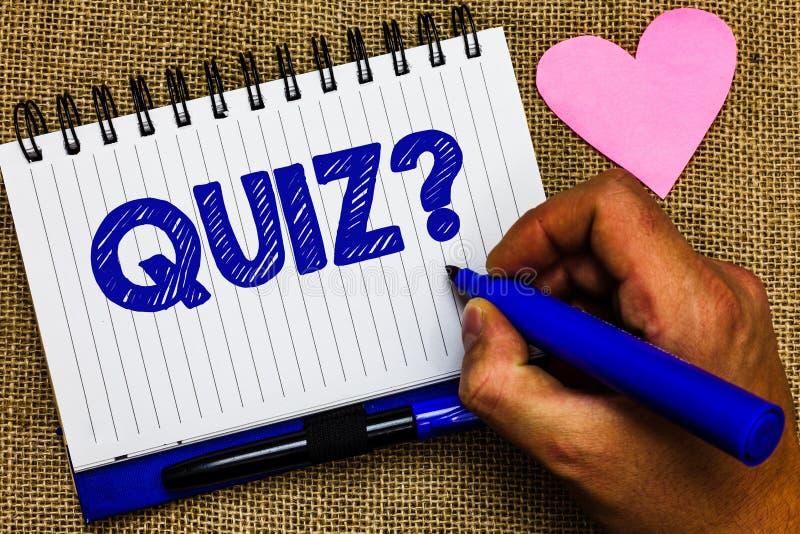 Note d'écriture montrant la question de jeu-concours Photo d'affaires présentant l'examen court d'évaluation d'essais pour mesure photos libres de droits