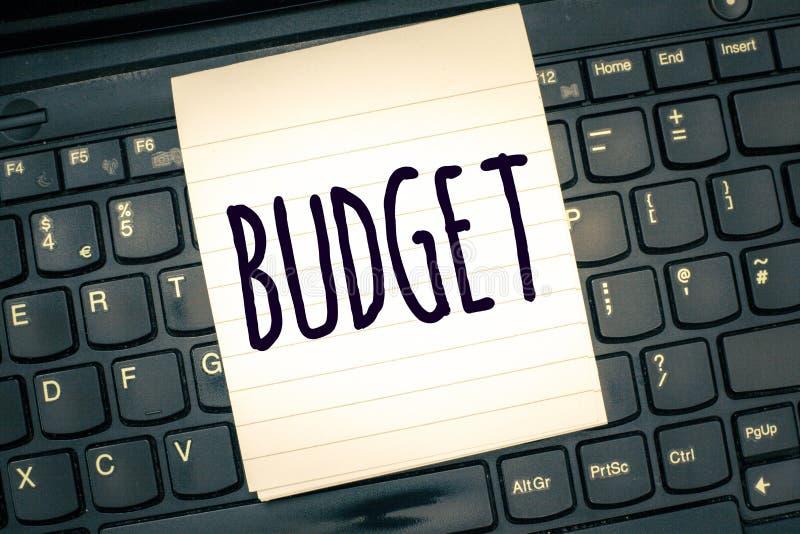Note d'écriture montrant le budget Photo d'affaires présentant l'évaluation définie des revenus et dépenses pour la période d'ens image stock
