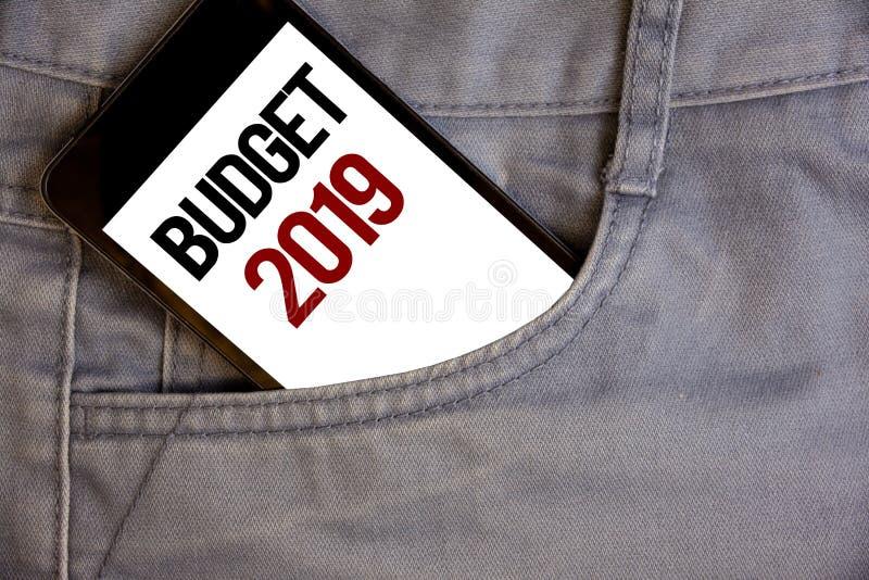 Note d'écriture montrant le budget 2019 Photos d'affaires présentant l'évaluation de nouvelle année des revenus et des dépenses P image stock